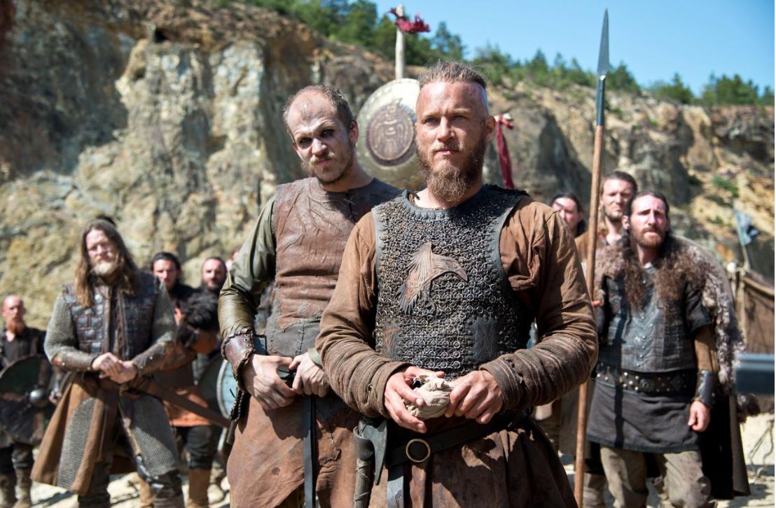 """Викинги смотрят на новые ворота кадр из сериала """"Викинги"""""""
