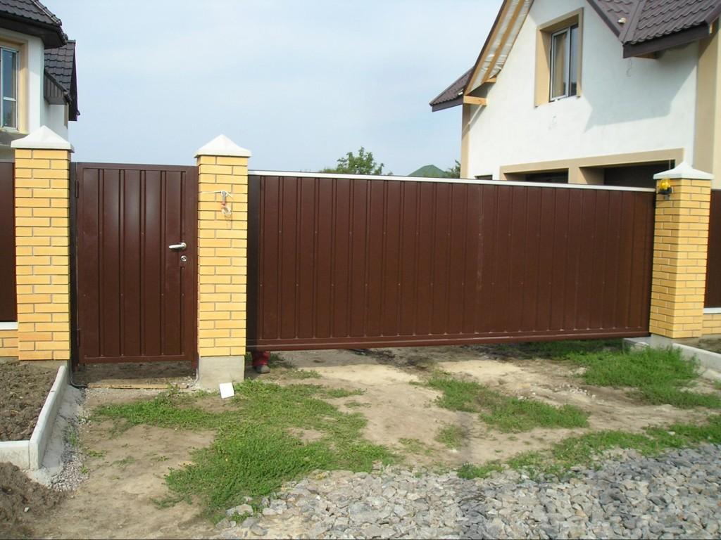 Хвіртка для воріт та відкатні ворота приклад